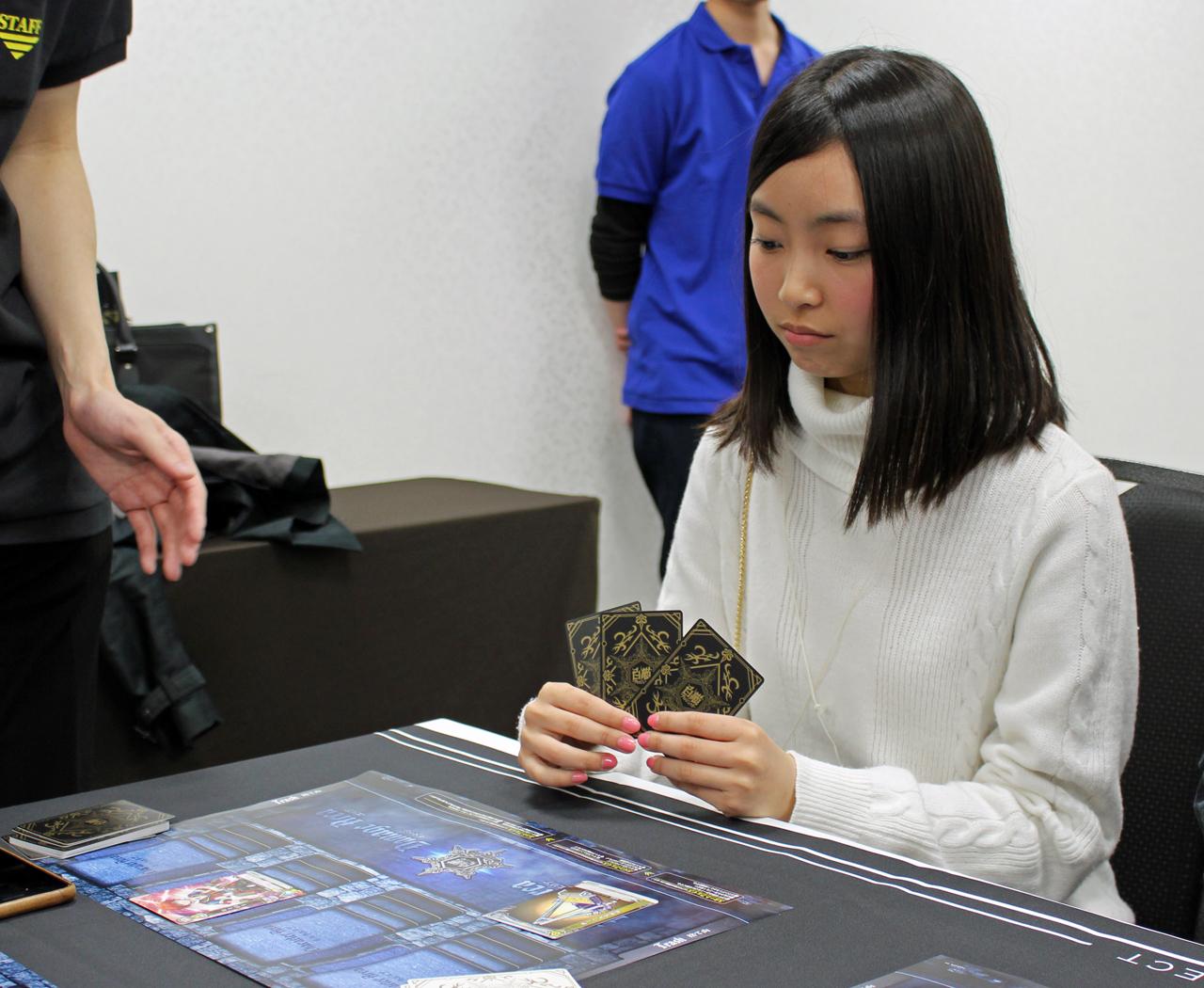 『白猫』初のTCG化!斎藤亜美が体験プレイに挑戦!