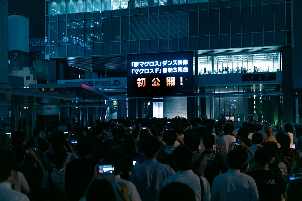 アキバの街頭ビジョンにマクロスファン殺到!マクロスF10周年記念楽曲MVが初公開